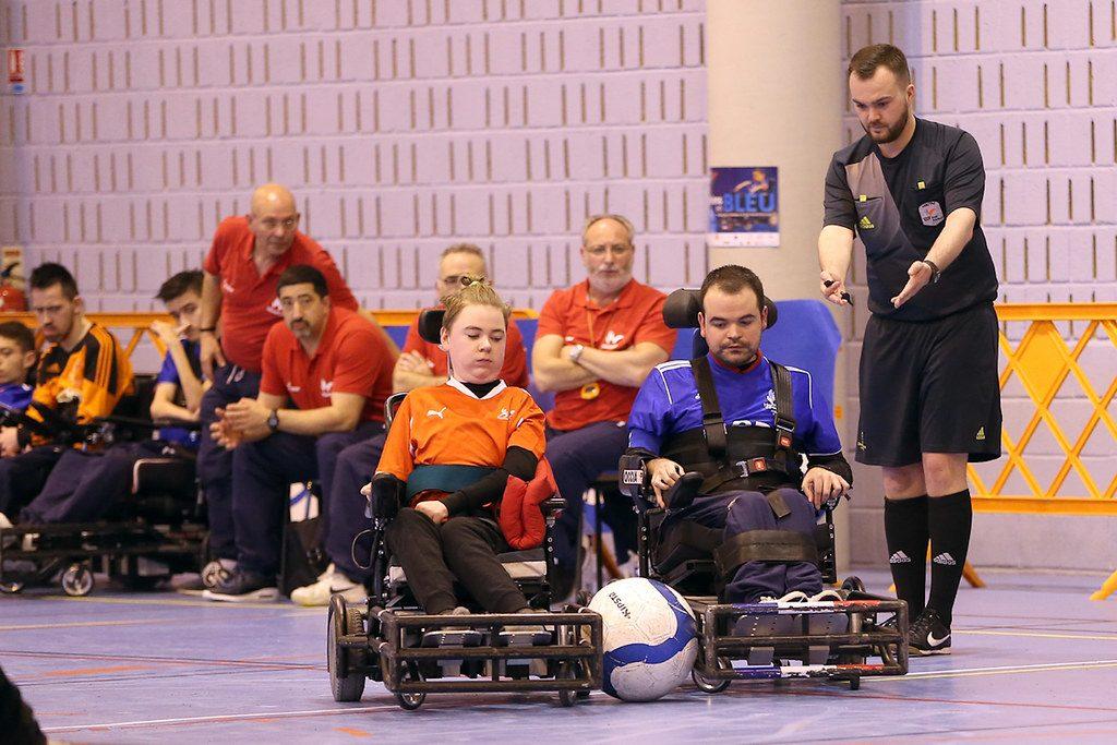 Personnes en situation de handicap jouant au handisport : foot-fauteuil électrique